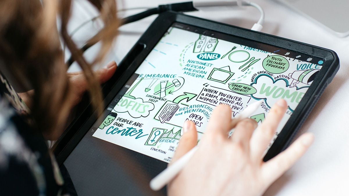An artist draws digital visual notes live